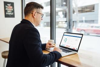 preduzetnik koji na svom laptopu ne koristi excel