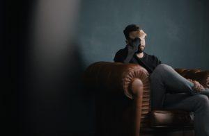 Stres kao okidač problema - :ovek sed u sobi pod stresom i nervira se