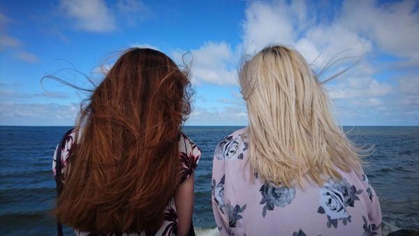 komunikacija između dve žene koje sede